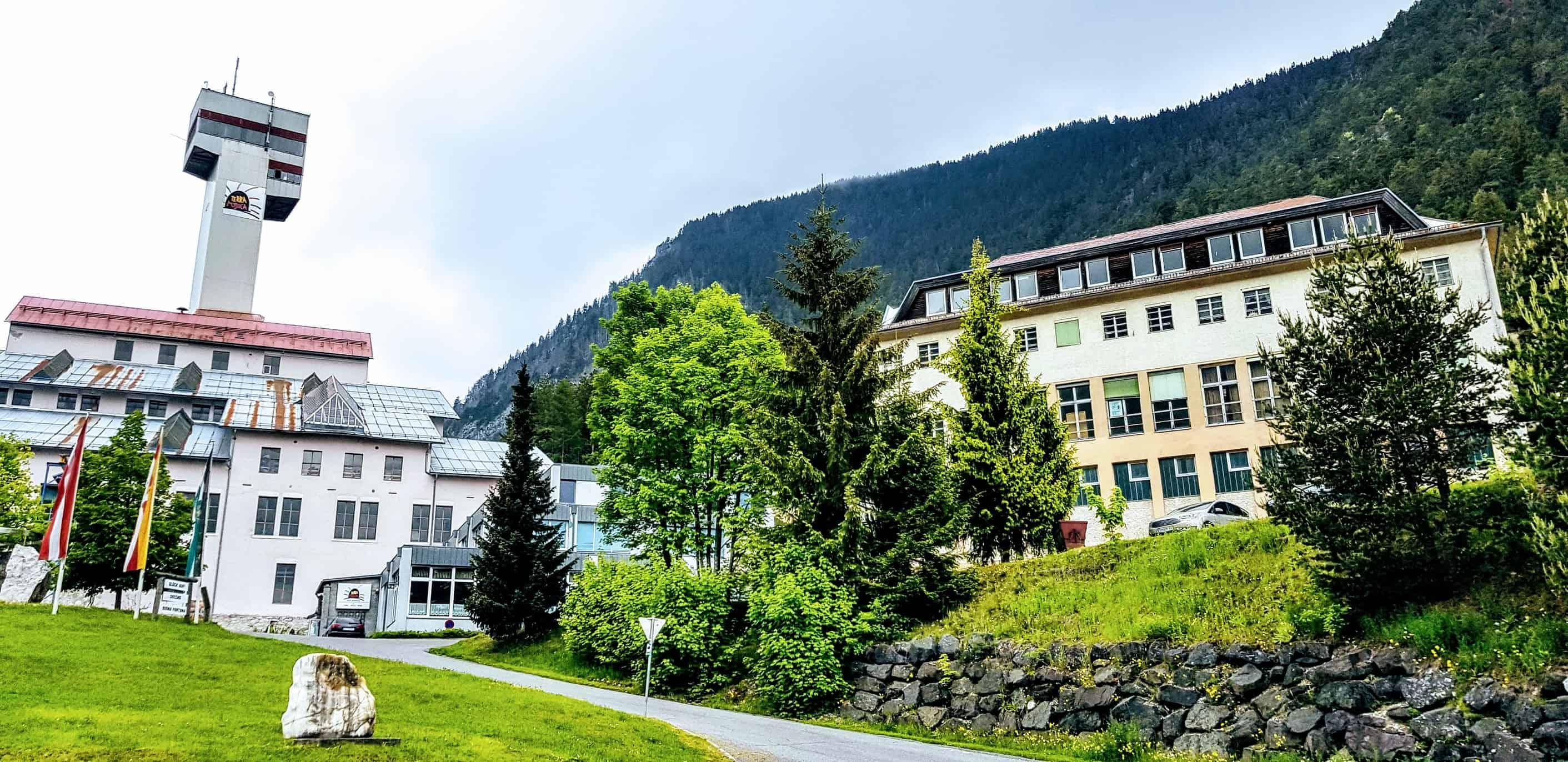Die Gebäude der Schaubergwerke Terra Mystica & Montana in Kärnten bei Villach
