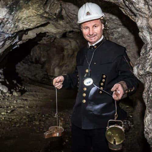 Mehrsprachige Führungen im Bergwerk Terra Mystica & Montana. Vortragender mit Bergwerks-Uniform.