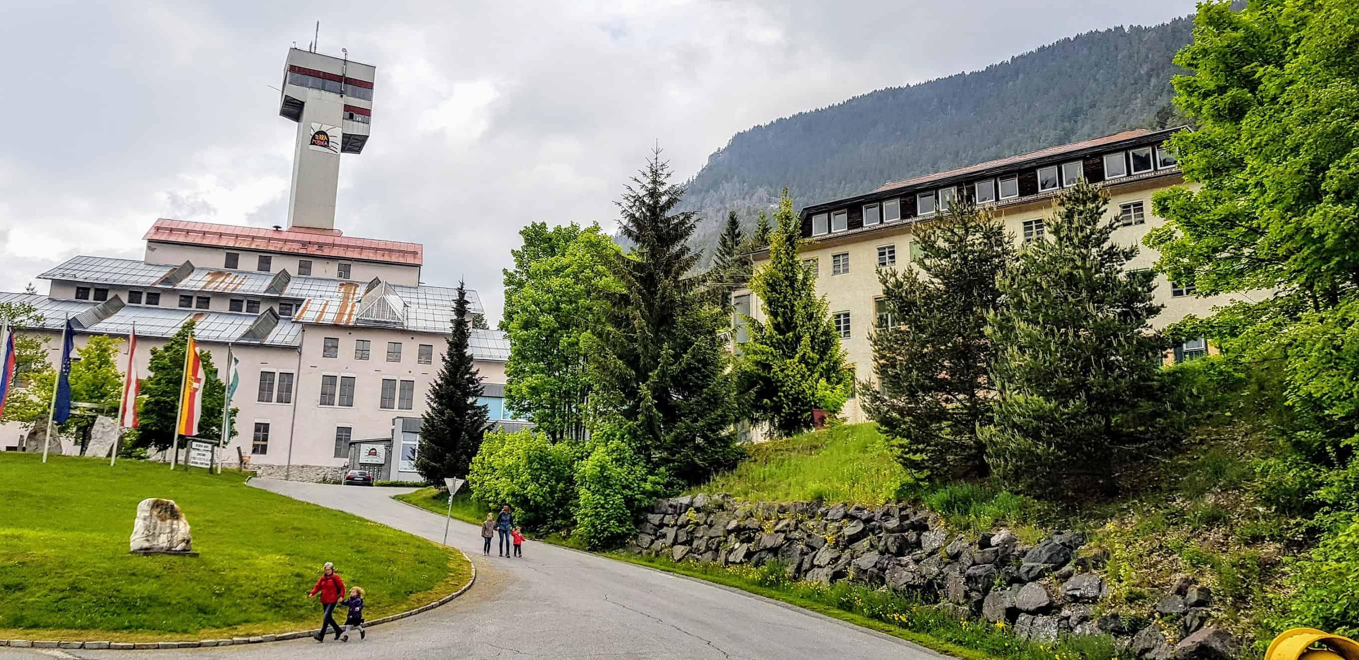 Ein schöner Ausflug mit Kindern zur Terra Mystica in Bad Bleiberg bei Villach. Das Bergwerk von außen.