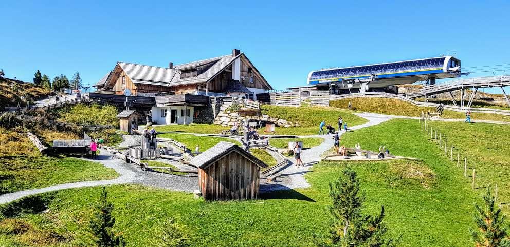 Bergstation Panoramabahn Turracher Höhe in Kärnten mit dem Kinderspielplatz Nocky's Almzeit und der Almzeithütte