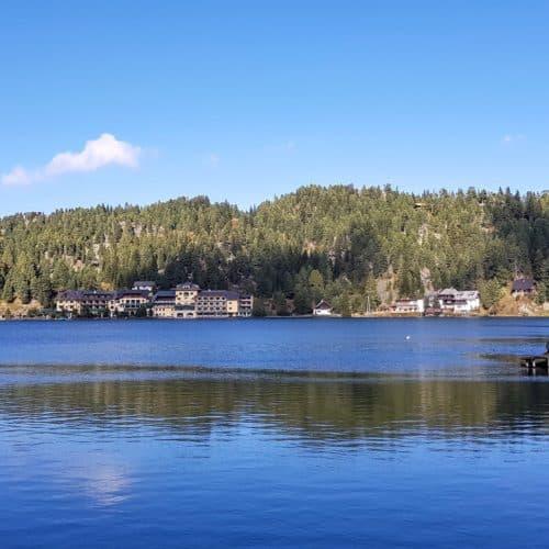 Turracher See in den Nockbergen an der Grenze zwischen Kärnten und Steiermark