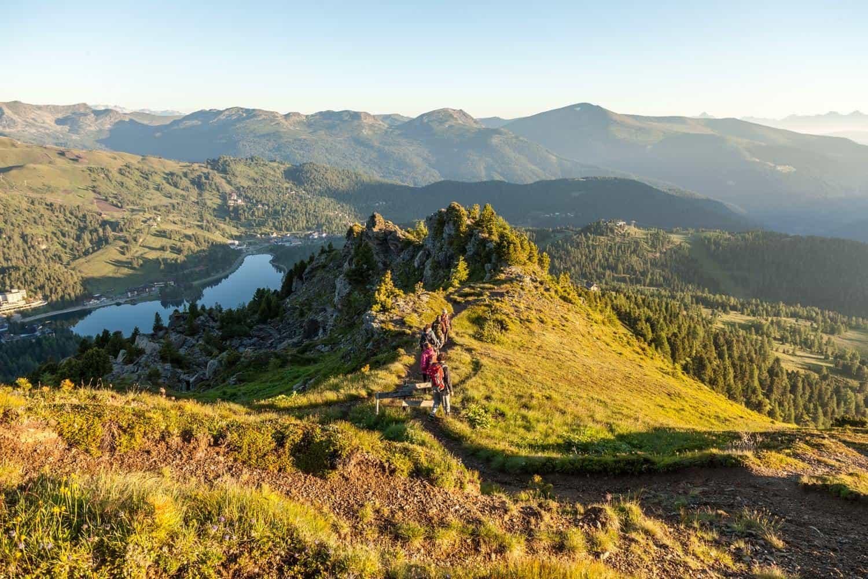 Wandern auf der Turracher Höhe mit Blick auf den Turracher See an der Grenze zwischen Kärnten und Steiermark