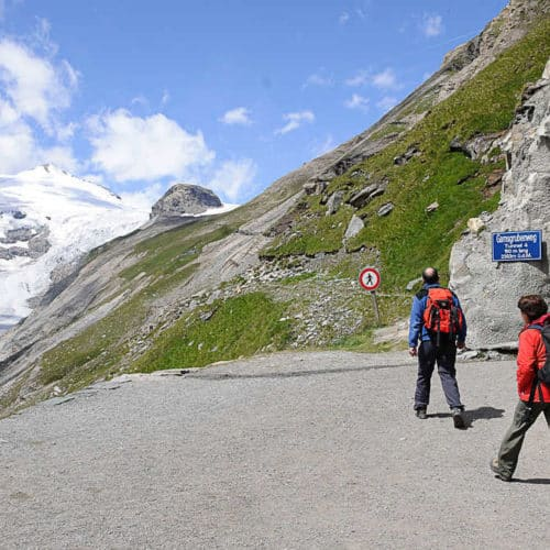 Wanderer auf dem Gamsgrubenweg Wasserfallwinkel - Ein Höhepunkt bei Ausflug auf Großglockner Hochalpenstraße in Österreich