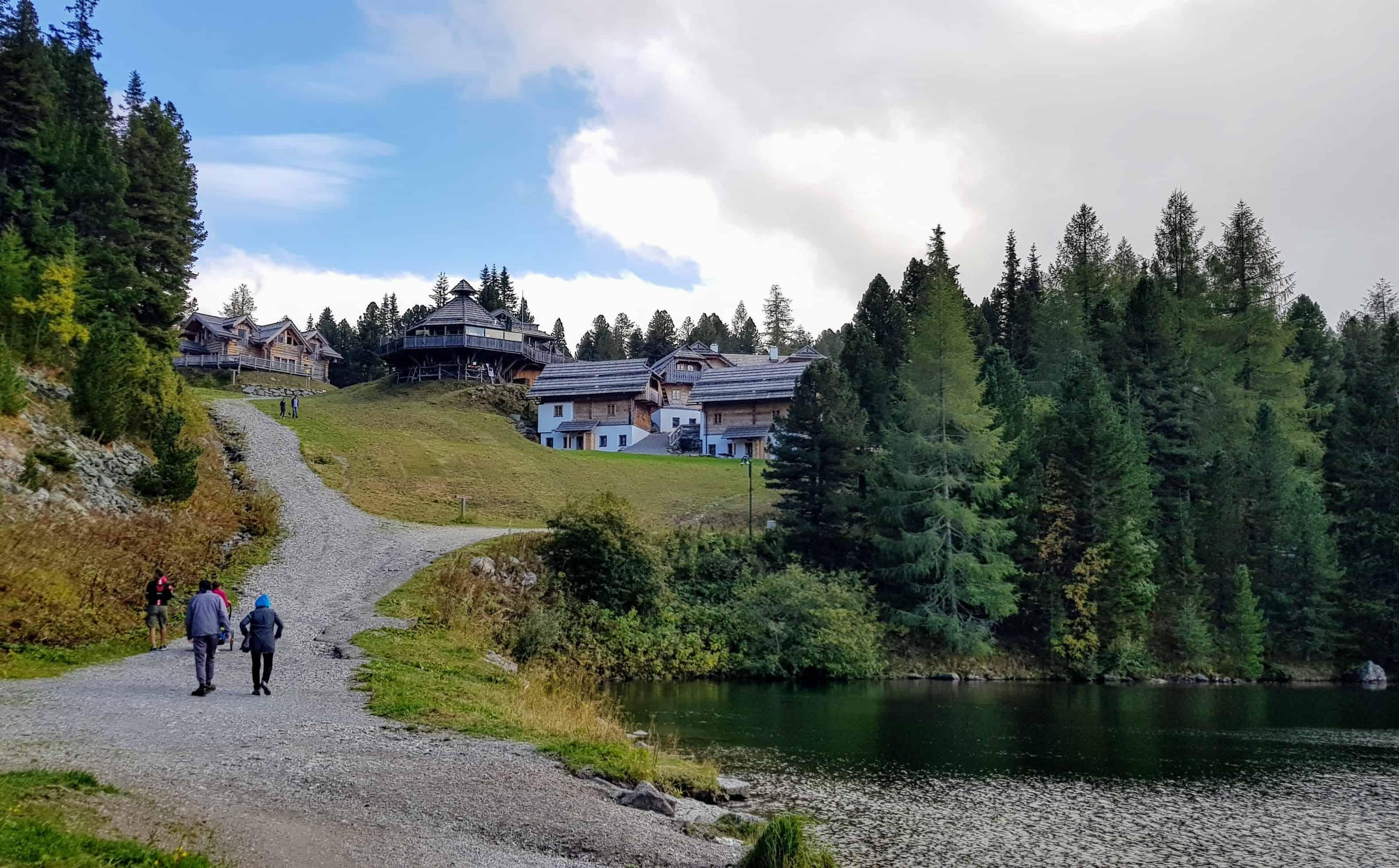Wanderer auf der Turracher Höhe rund um den Turracher See an der Grenze zwischen Kärnten und Steiermark in Österreich