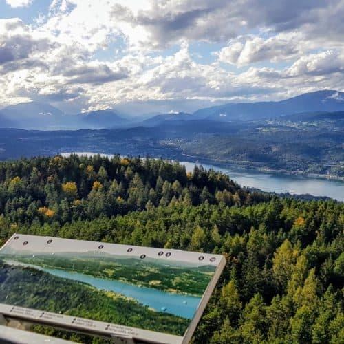 Aussicht bei Ausflug am Wörthersee auf Pyramidenkogel in Kärnten - Blick Richtung Velden, Gerlitzen Alpe, Dobratsch & Julische Alpen im Herbst