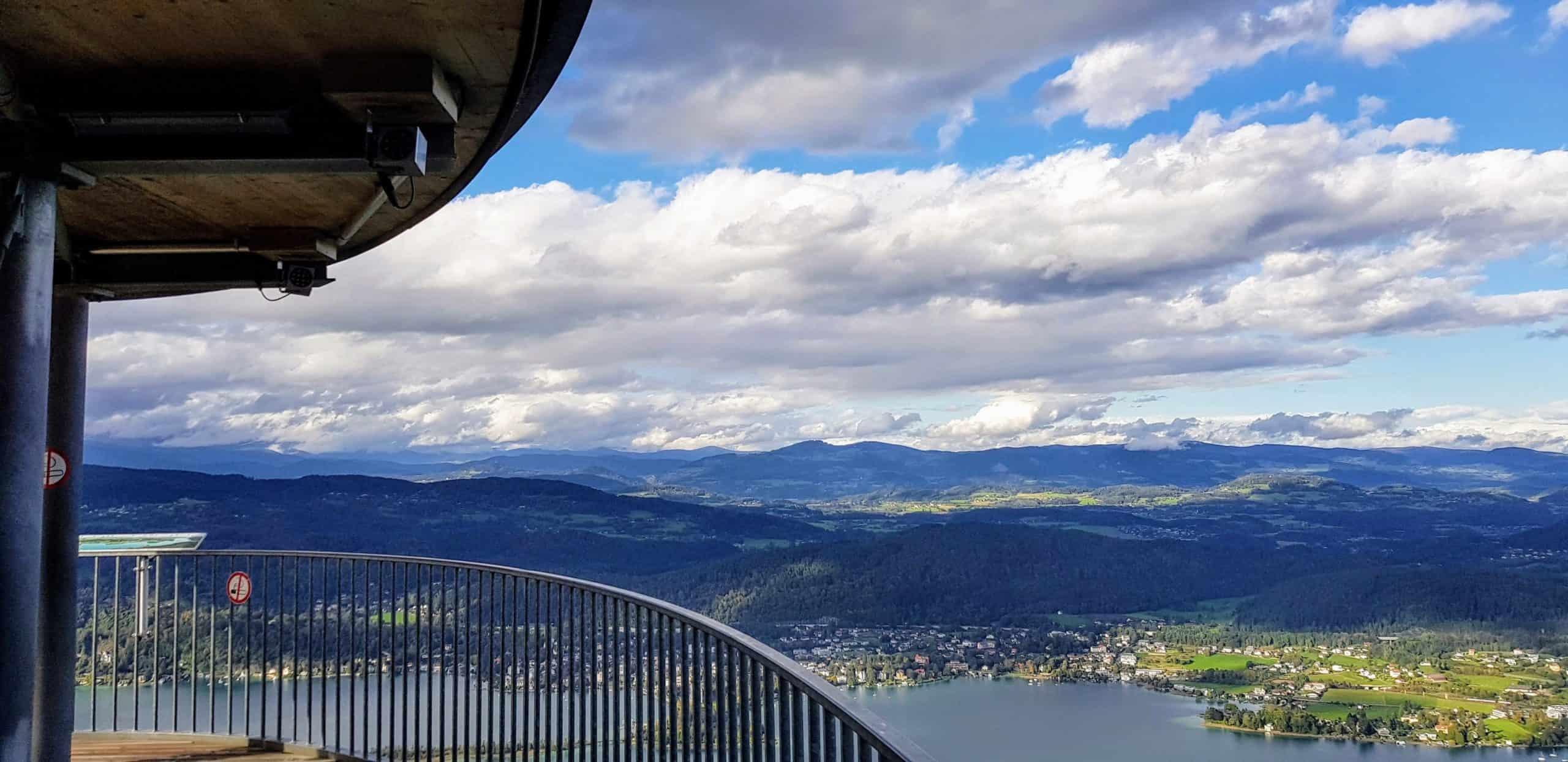 Panoramablick Pyramidenkogel auf Aussichtsplattform. Beliebtes Ausflugsziel in Kärnten, Österreich