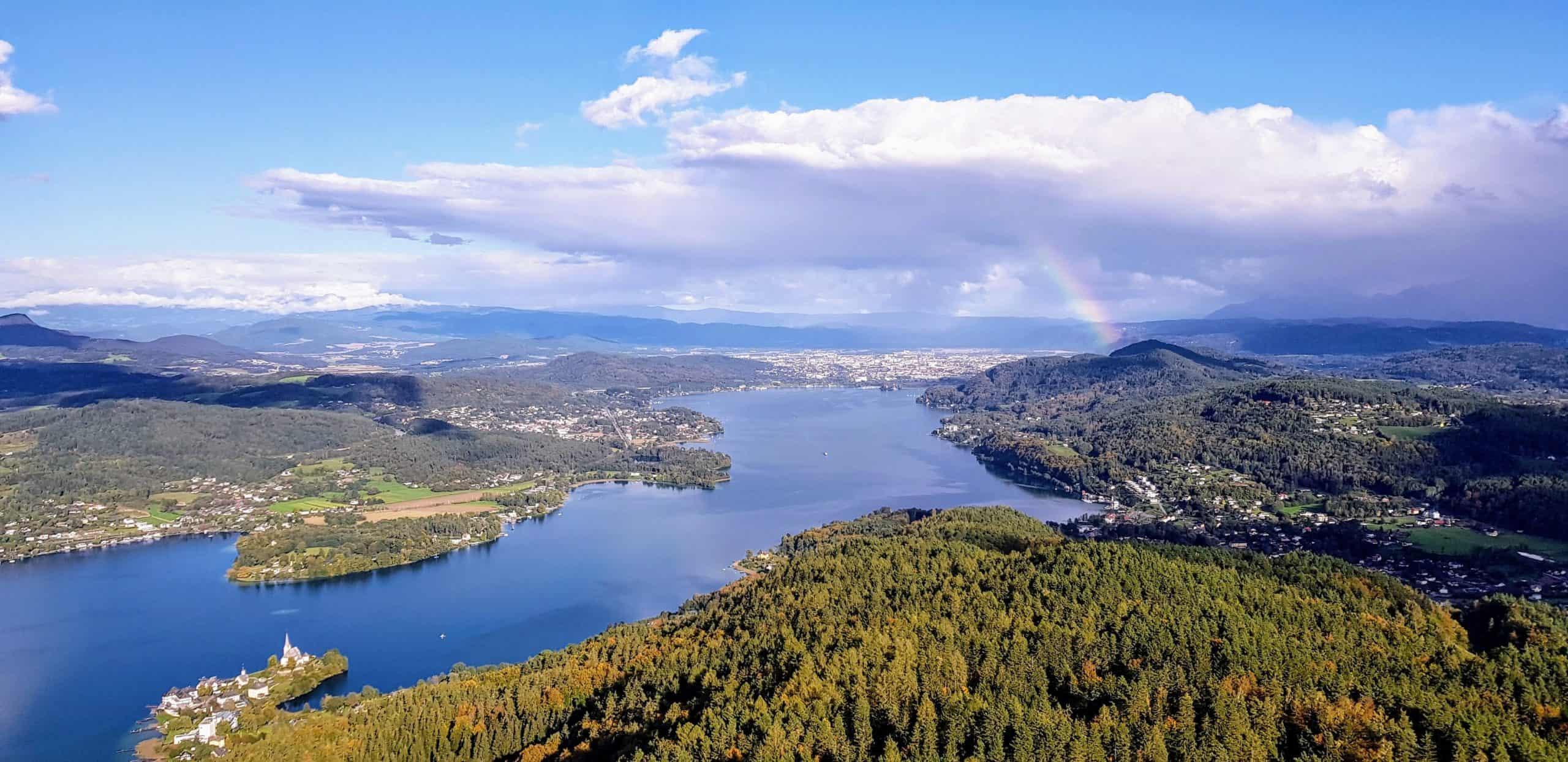 Schlechtwetter Ausflugsziel in Kärnten - Pyramidenkogel am Wörthersee im Herbst mit entstehenden Regenbogen über Klagenfurt in Österreich