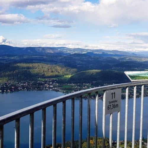 Pyramidenkogel Aussichtsplattform mit Schautafel und Panoramablick auf Kärntner Berge und den Wörthersee. Sehenswert in Österreich.