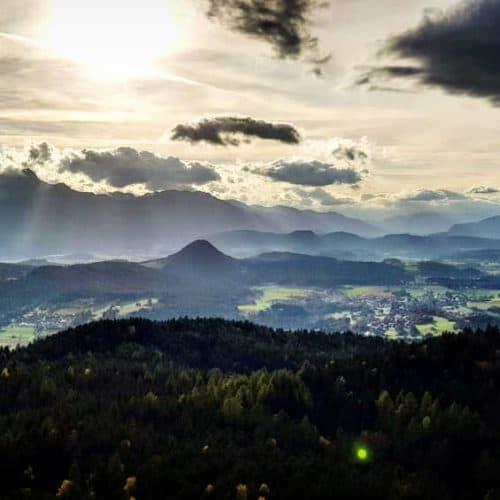 Eindrucksvolle Stimmung am Pyramidenkogel mit Blick auf Velden am Wörthersee und Kärntner Berglandschaft, ua. Dobratsch.