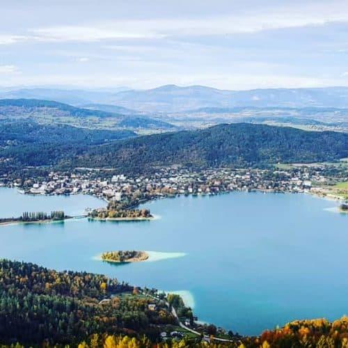 herbstlicher Kärnten-Blick vom Ausflugsziel Pyramidenkogel am Wörthersee - Österreich. Blick auf Pörtschach und Nockberge.