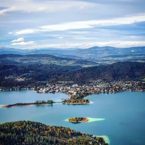 Der Wörthersee, Pörtschach und die Kapuzinerinsel vom Ausflugsziel Pyramidenkogel in Kärnten betrachtet. Österreich-Urlaub.