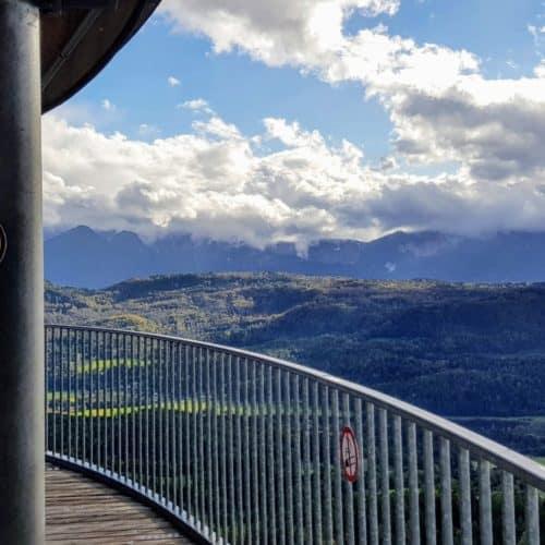 Eine der 3 Aussichtsplattformen am Pyramidenkogel in Kärnten mit Blick auf Karawanken und Julische Alpen Richtung Italien & Slowenien