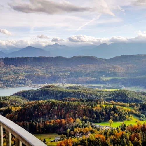 Herbst Landschaft Kärnten - Keutschacher Seental und Karawanken vom Ausflugsziel Pyramidenkogel in Österreich betrachtet.