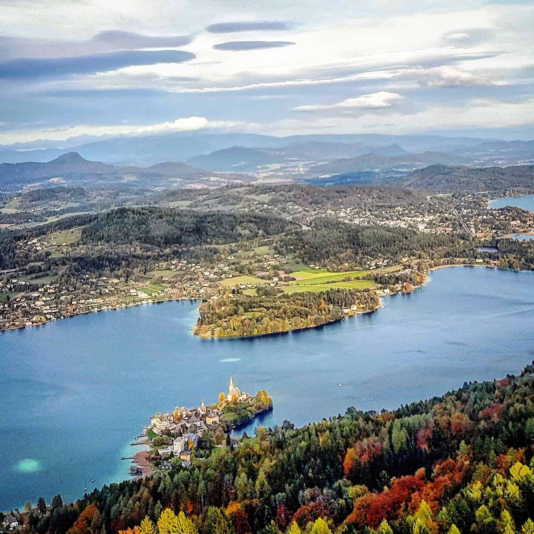 Ausblick auf Maria Wörth am Wörthersee vom schönen Ausflugsziel Pyramidenkogel - Sehenswürdigkeiten und Herbst in Kärnten.