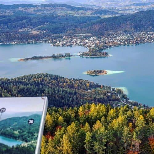 Herbstlicher Panoramablick vom Aussichtsturm Pyramidenkogel Richtung Pörtschach und Wörthersee in Österreich, Kärnten.