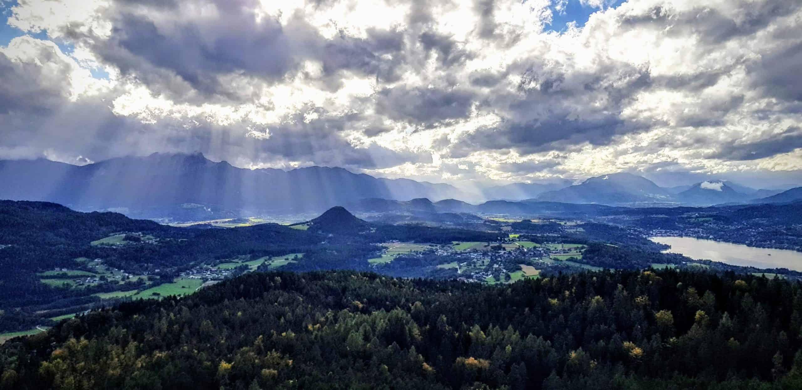 Regen und Wolken bei Ausflug auf Aussichtsturm Pyramidenkogel. Blick auf Velden am Wörthersee, Julische Alpen Richtung Italien und Dobratsch in Österreich