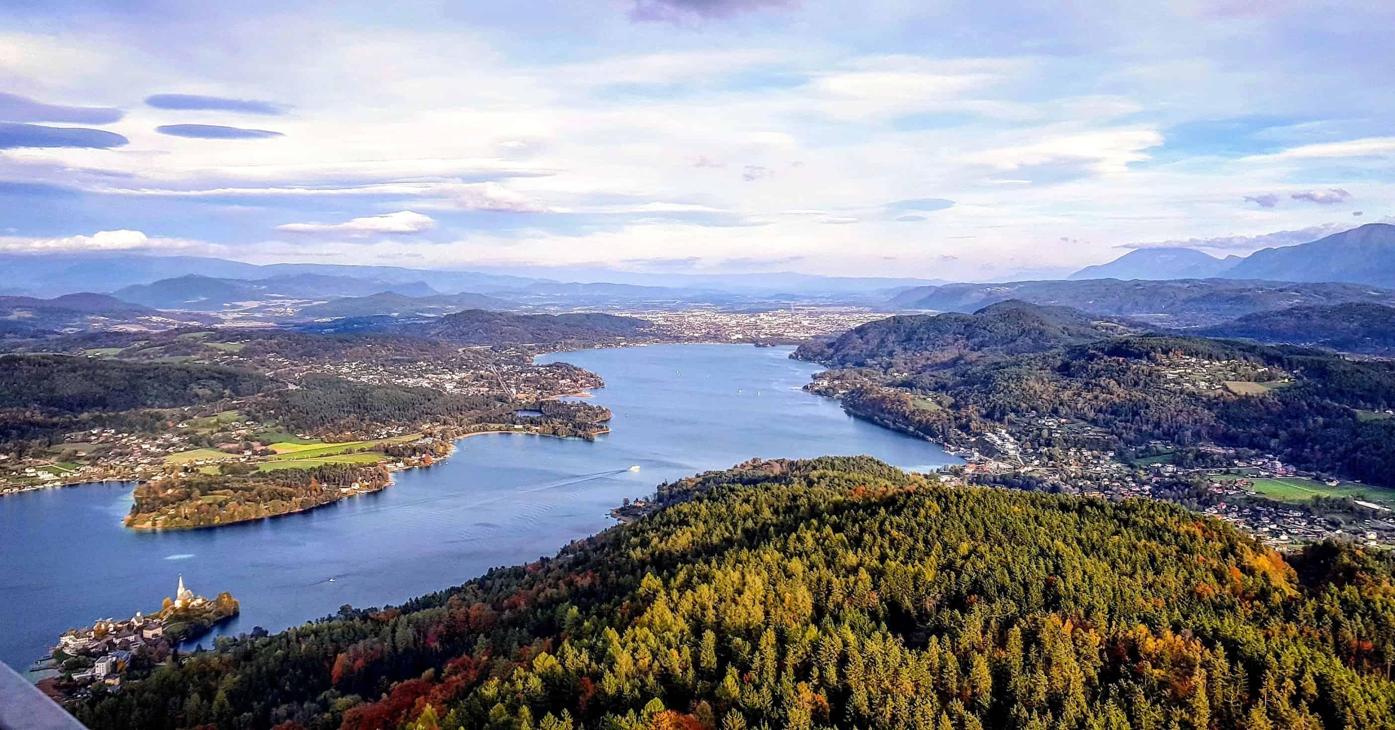 Panoramablick Richtung Klagenfurt von einem der schönsten Ausflugsziele in Kärnten, dem Pyramidenkogel am Wörthersee, Österreich