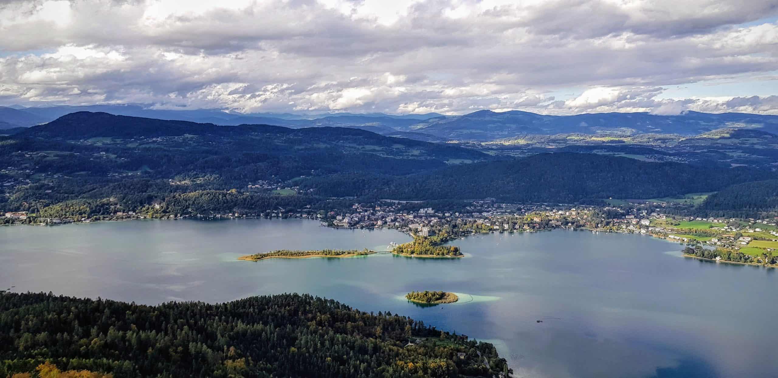 Wörthersee mit Pörtschach und Inseln im Herbst bei Ausflug auf Pyramidenkogel in Kärnten