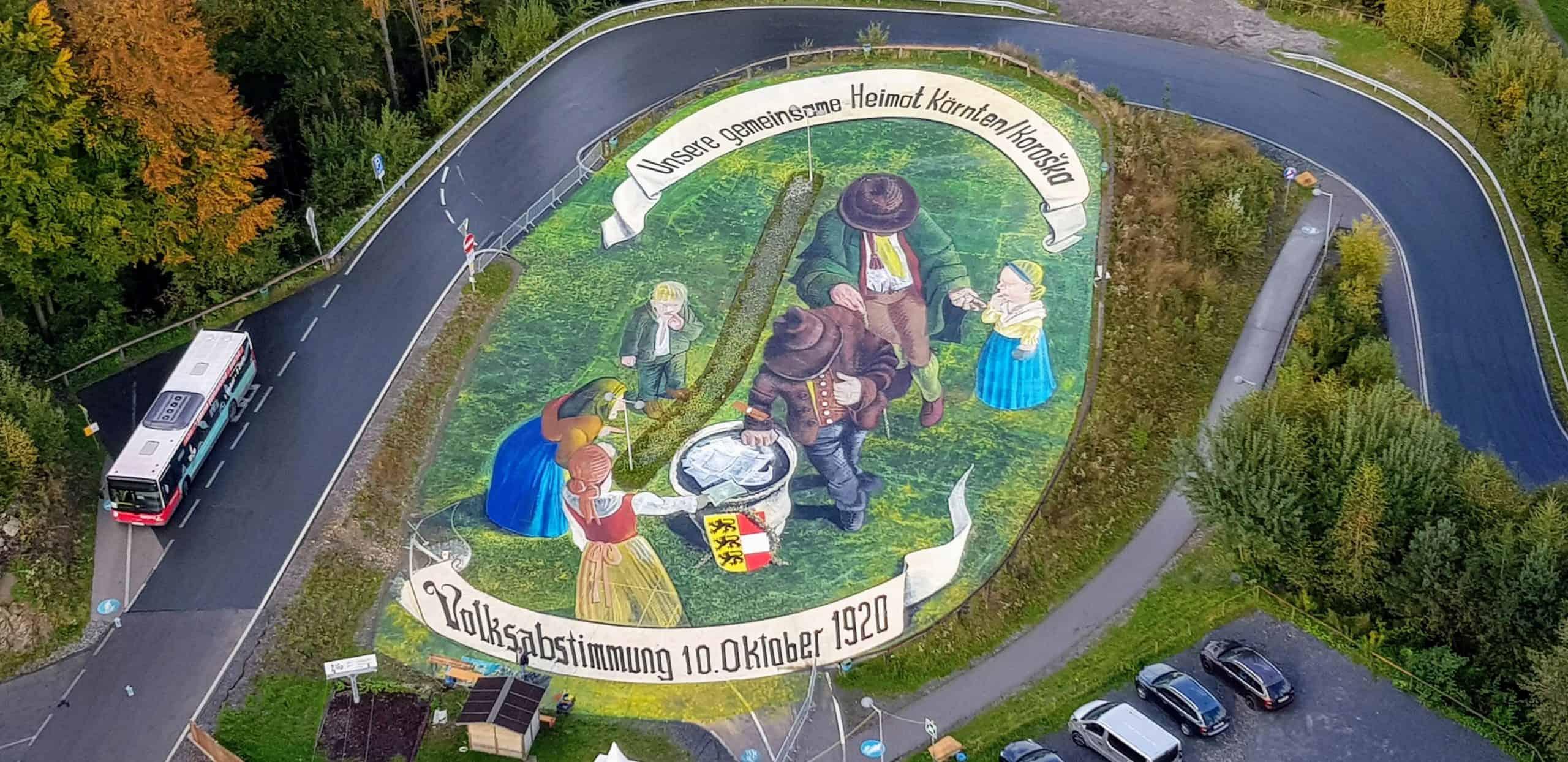 Kunstprojekt Pyramidenkogel Volksabstimmung Kärnten 100 Jahre - überdimensionales 3D Bild bei Sehenswürdigkeit am Wörthersee in Österreich
