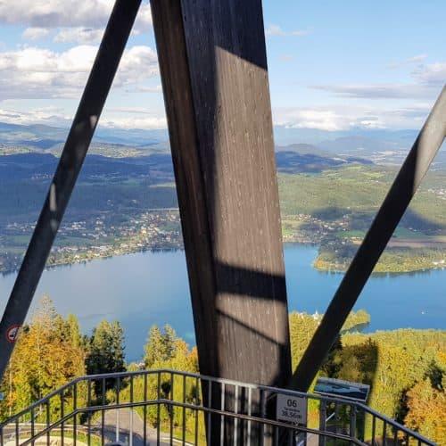 Aufgang Treppe Pyramidenkogel. Holzkonstruktion im Inneren des Ausflugsziels mit Blick auf Wörthersee. Sehenswürdigkeit in Österreich.