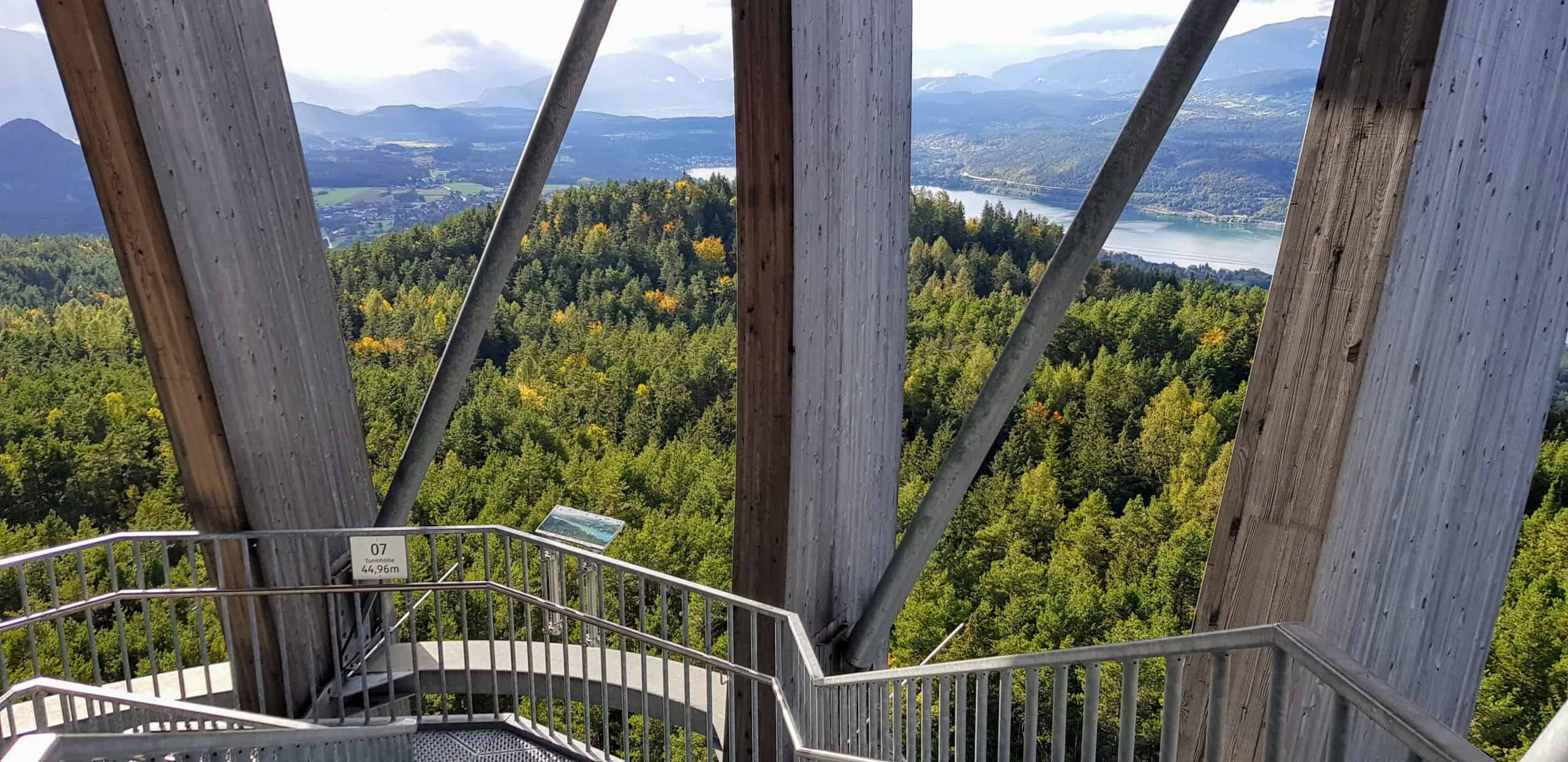 Holzkonstruktion Architektur Pyramidenkogel mit Aussicht auf Kärnten, Velden und Wörthersee. Aufgang über Treppe auf Aussichtsturm im Herbst.