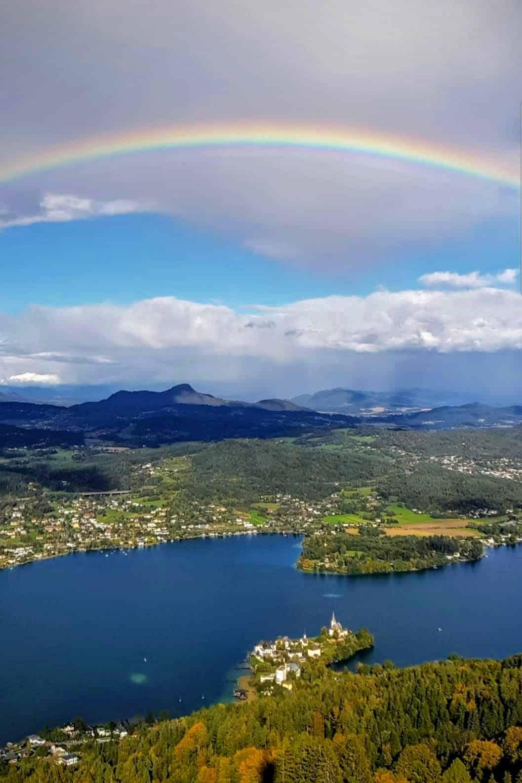 Regenbogen über Maria Wörth am Wörthersee in Kärnten. Blick vom Pyramidenkogel - Ausflugsziel in Kärnten, Österreich.