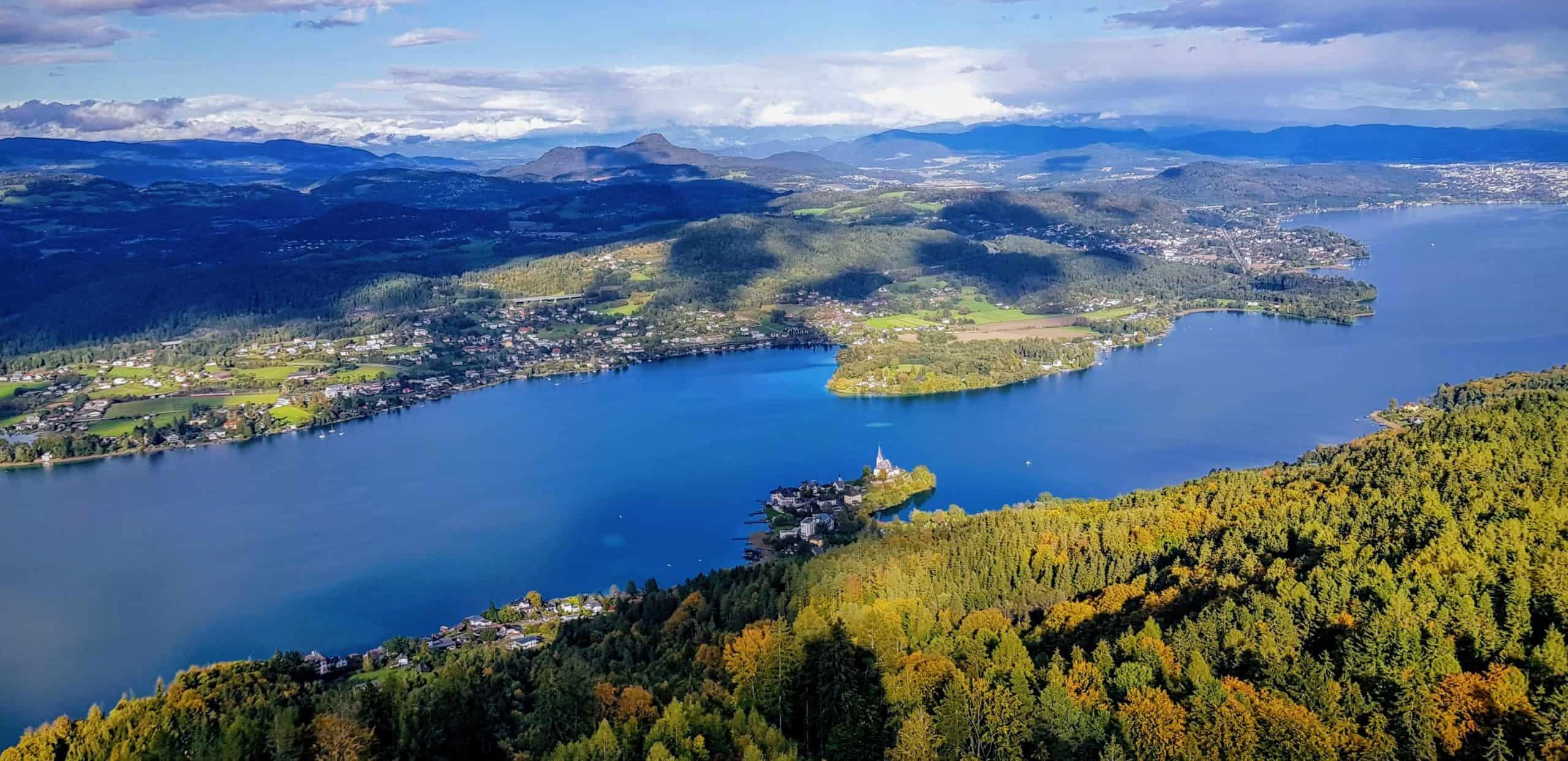 Panoramablick Pyramidenkogel auf Maria Wörth, Pörtschach, Krumpendorf und Klagenfurt in Kärnten - Österreich - bei Ausflug im Herbst.
