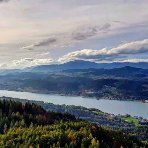Sehenswürdigkeiten Wörthersee im Herbst: Aussichtsturm Pyramidenkogel mit Panoramablick Richtung Velden, Gerlitzen & Dobratsch