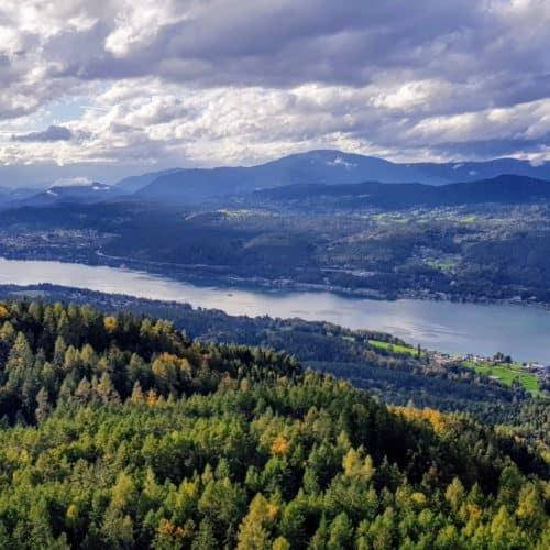 Blick auf Velden am Wörthersee mit Dobratsch, Gerlitzen Alpe & Nockberge bei Ausflug auf Pyramidenkogel. Sehenswürdigkeit in Österreich