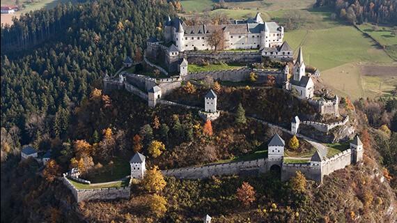 Tagesausflugsziel Burg Hochosterwitz in Kärnten, Österreich. Luftbild der schönen Burganlage in Österreich