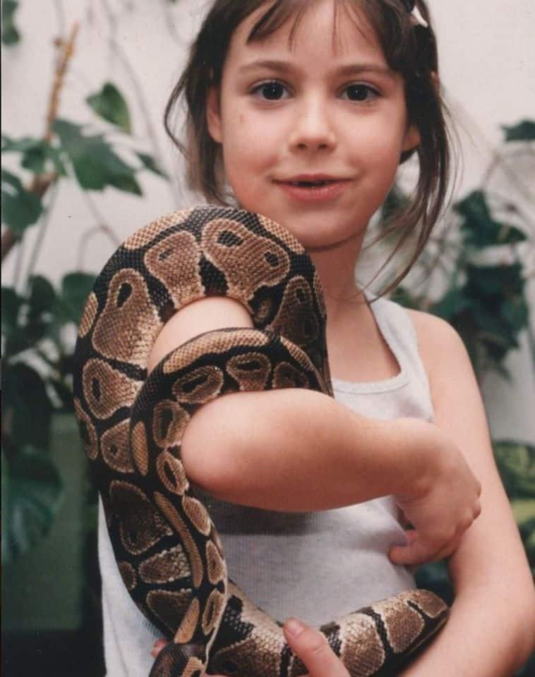 Kind mit Schlange bei Familienausflug in Kärnten Klagenfurt - Reptilienzoo Happ