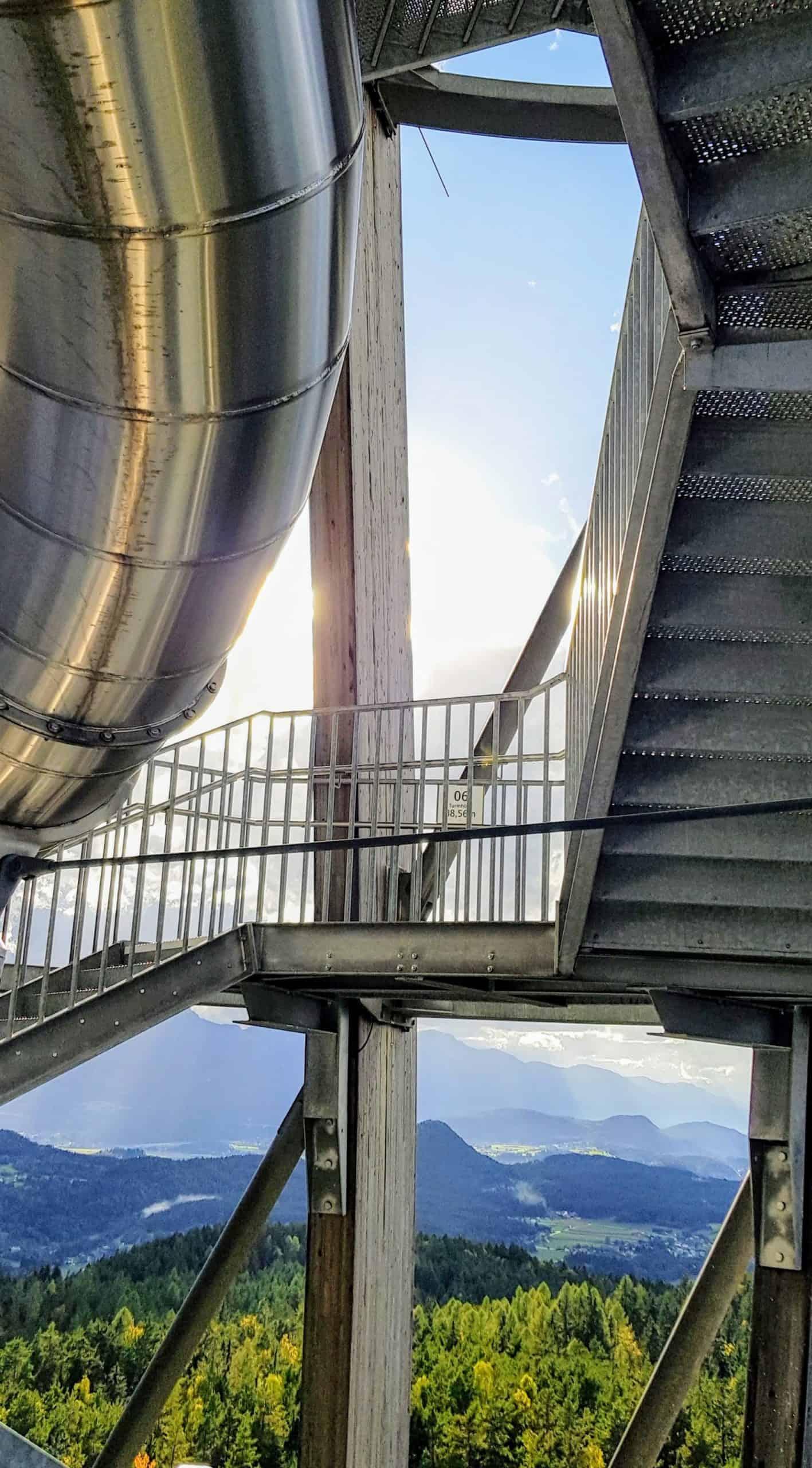 Aufgang Treppe Pyramidenkogel. Holzkonstruktion im Inneren des Ausflugsziels mit Blick auf Kärnten. Sehenswürdigkeit in Österreich.