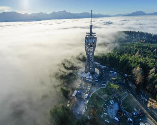 Pyramidenkogel über Nebel mit Karawanken und Julische Alpen. Ausflugsziel in Kärnten