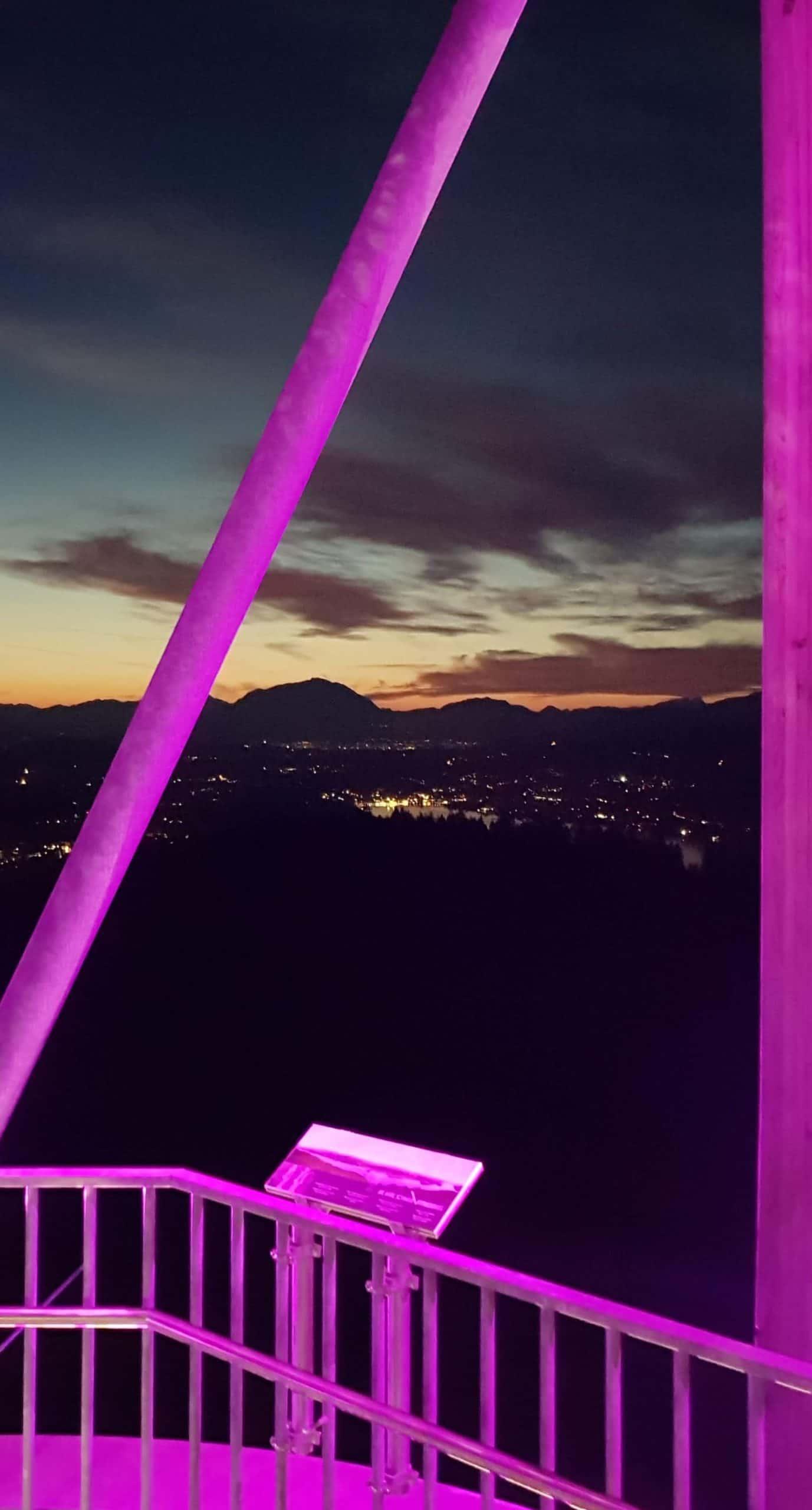 Pyramidenkogel am Abend mit Sonnenuntergang und Beleuchtung