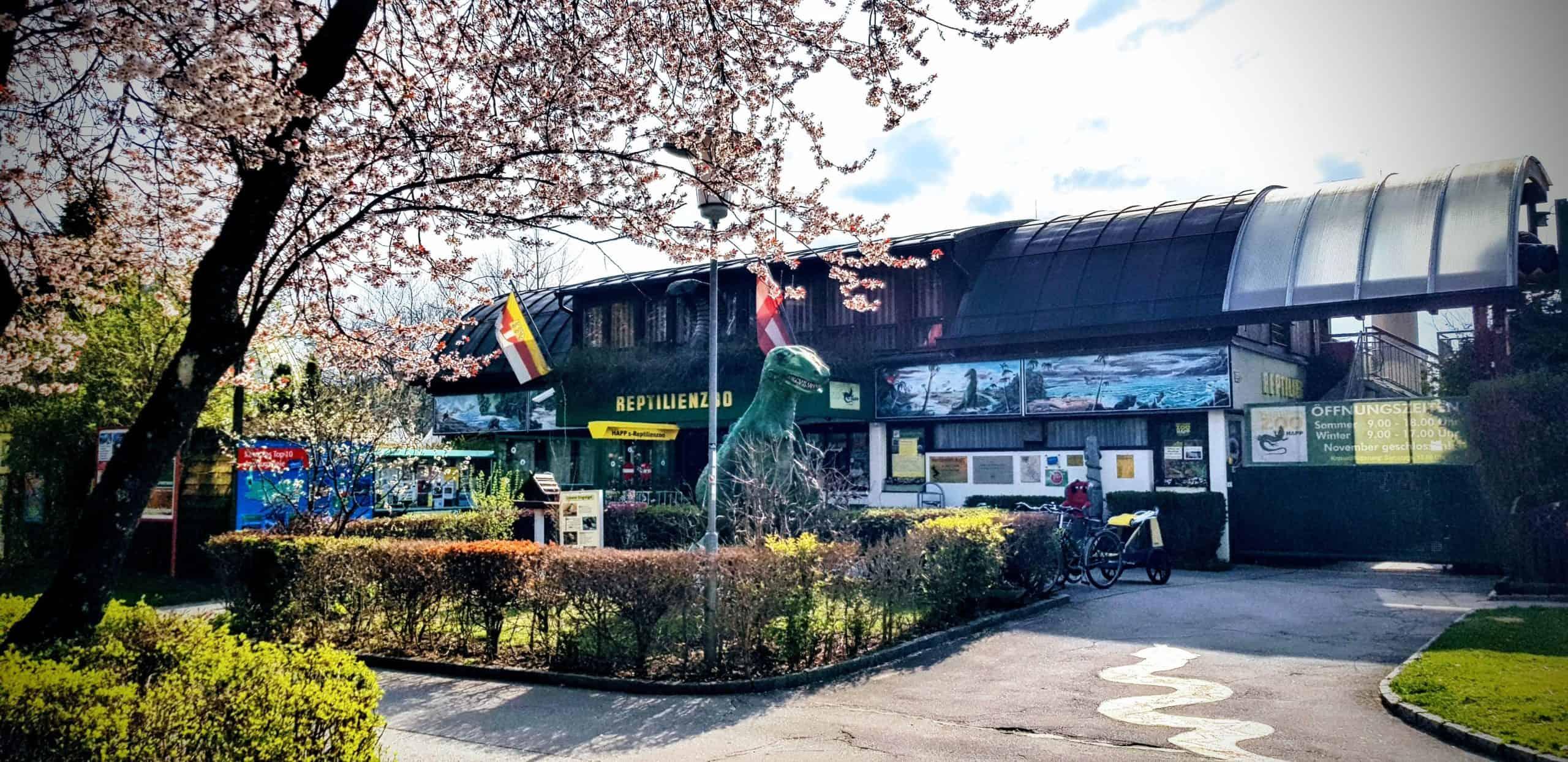 Ausflugsziel Reptilienzoo Happ in Klagenfurt am Wörthersee mit Dinosaurierpark und Schlangenvorführungen