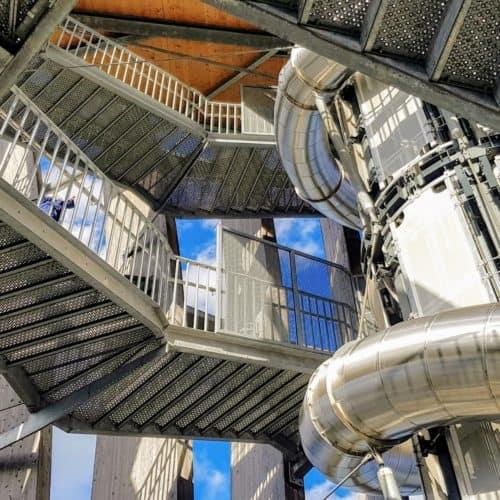 Erlebnisrutsche, Aufzug & Treppe im Inneren des Pyramidenkogels in Kärnten - Sehenswürdigkeit in Österreich.
