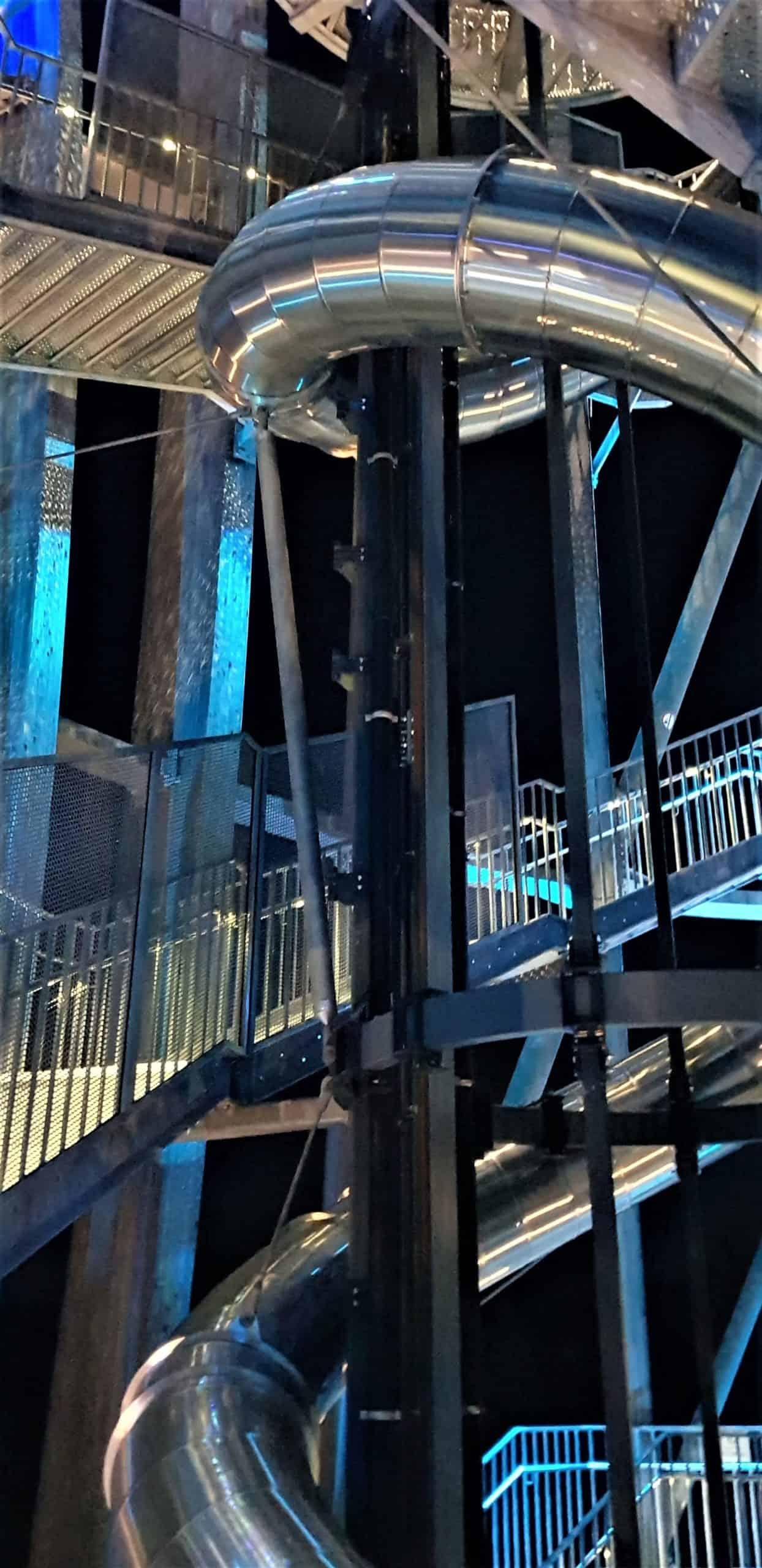 Rutsche Pyramidenkogel am Abend mit blauer Beleuchtung