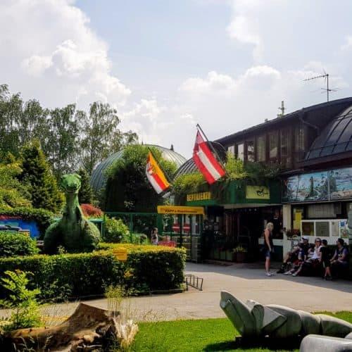 Sehenswertes Ausflugsziel Kärnten Reptilienzoo Happ am Wörthersee Eingang mit Dinosaurier