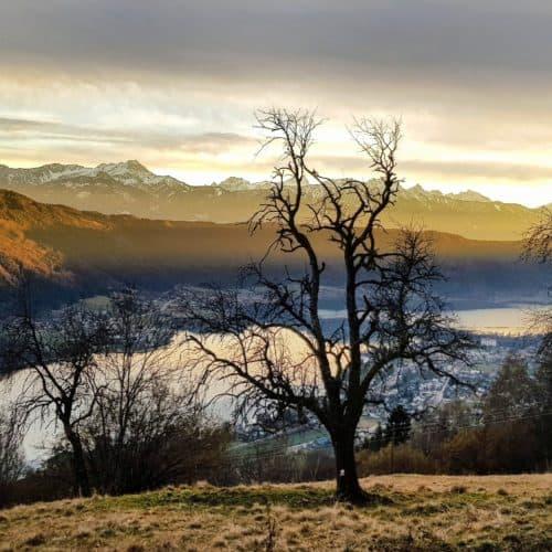 Ausflug auf Ossiachberg im Winter mit Sonnenuntergang hinter der Gerlitzen Alpe - Blick auf Julische Alpen & Ossiacher See.