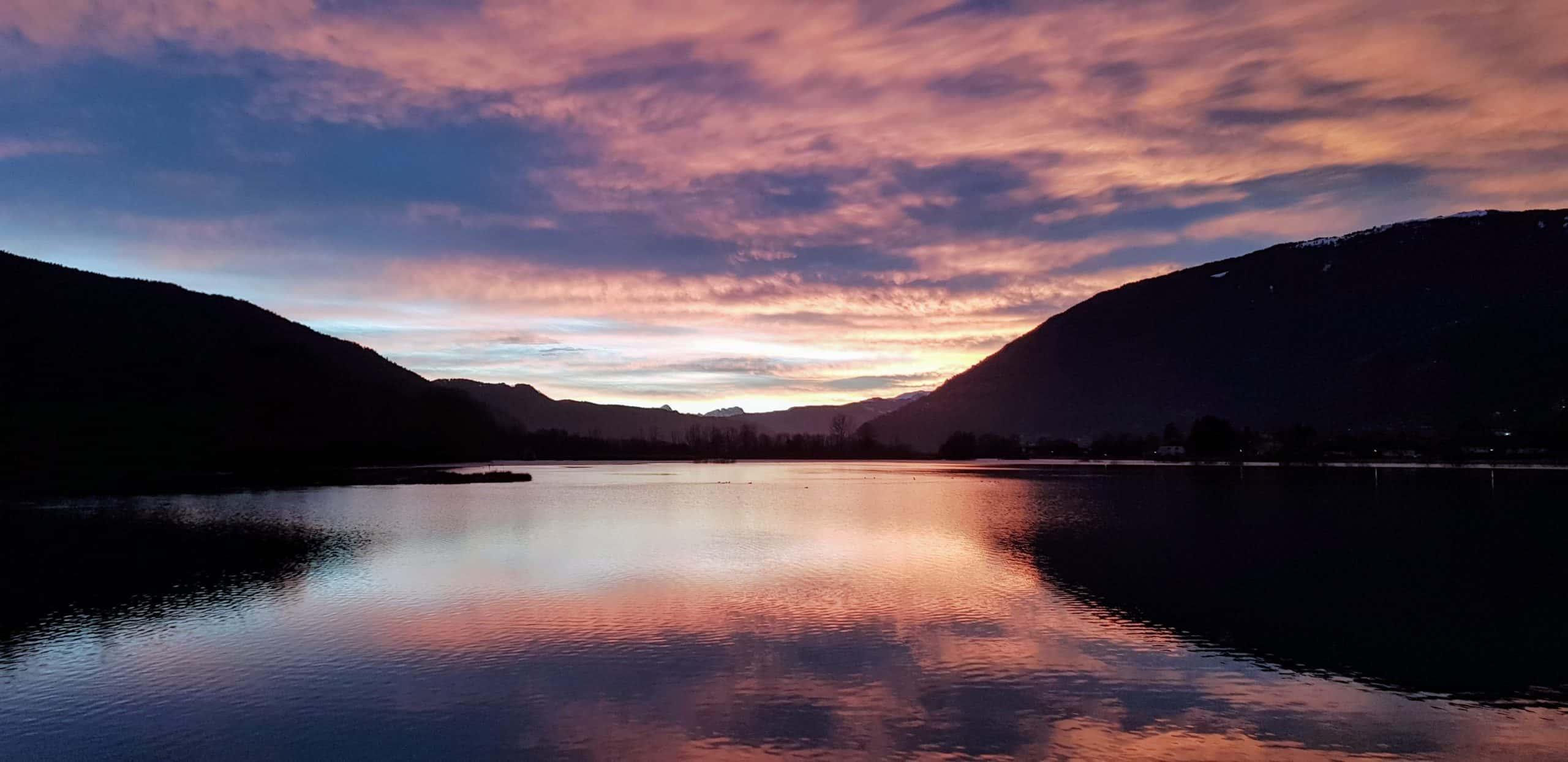 Sonnenuntergang am Ossiacher See im Winter mit Blick auf das Bleistätter Moor, den Dobratsch und die Gerlitzen Alpe.