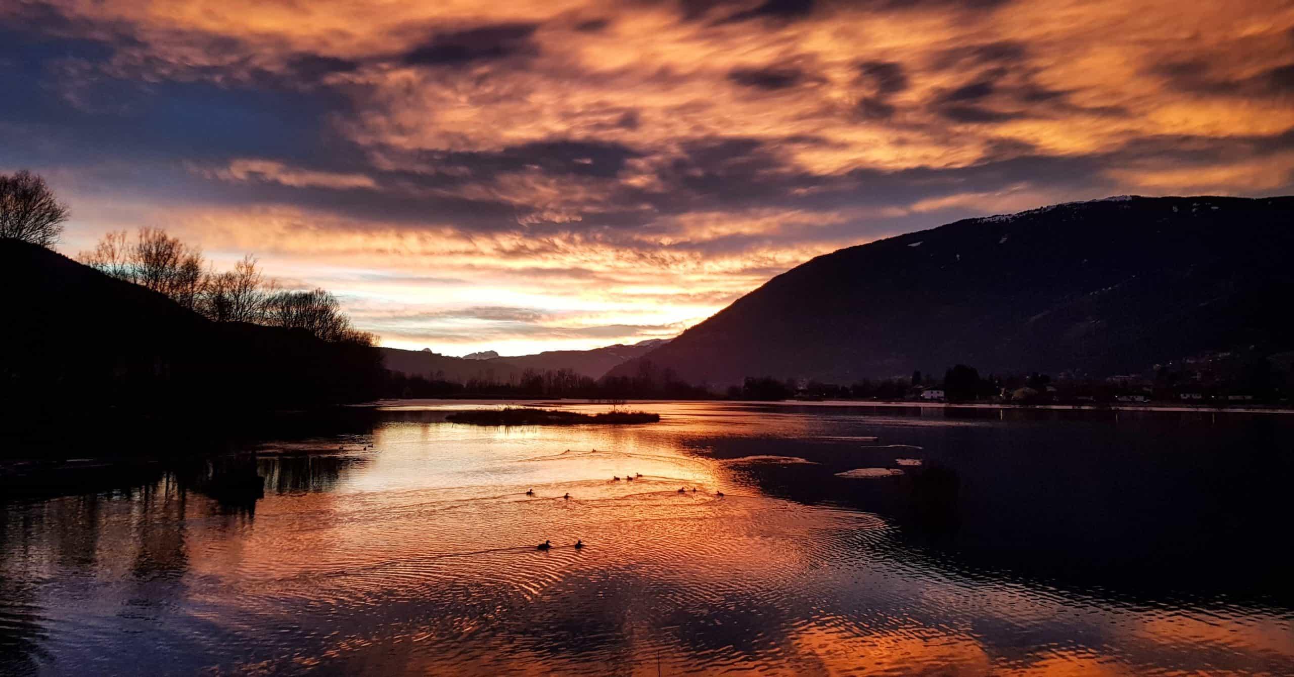 Abendstimmung mit Wolkenhimmel am Ossiacher See in der Region Villach mit Blick auf Gerlitzen, Dobratsch und Bleistätter Moor.