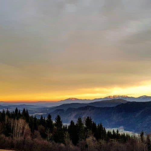 Winter wandern Ossiachberg mit Blick Richtung Feldkirchen, Karawanken und Ossiacher Tauern