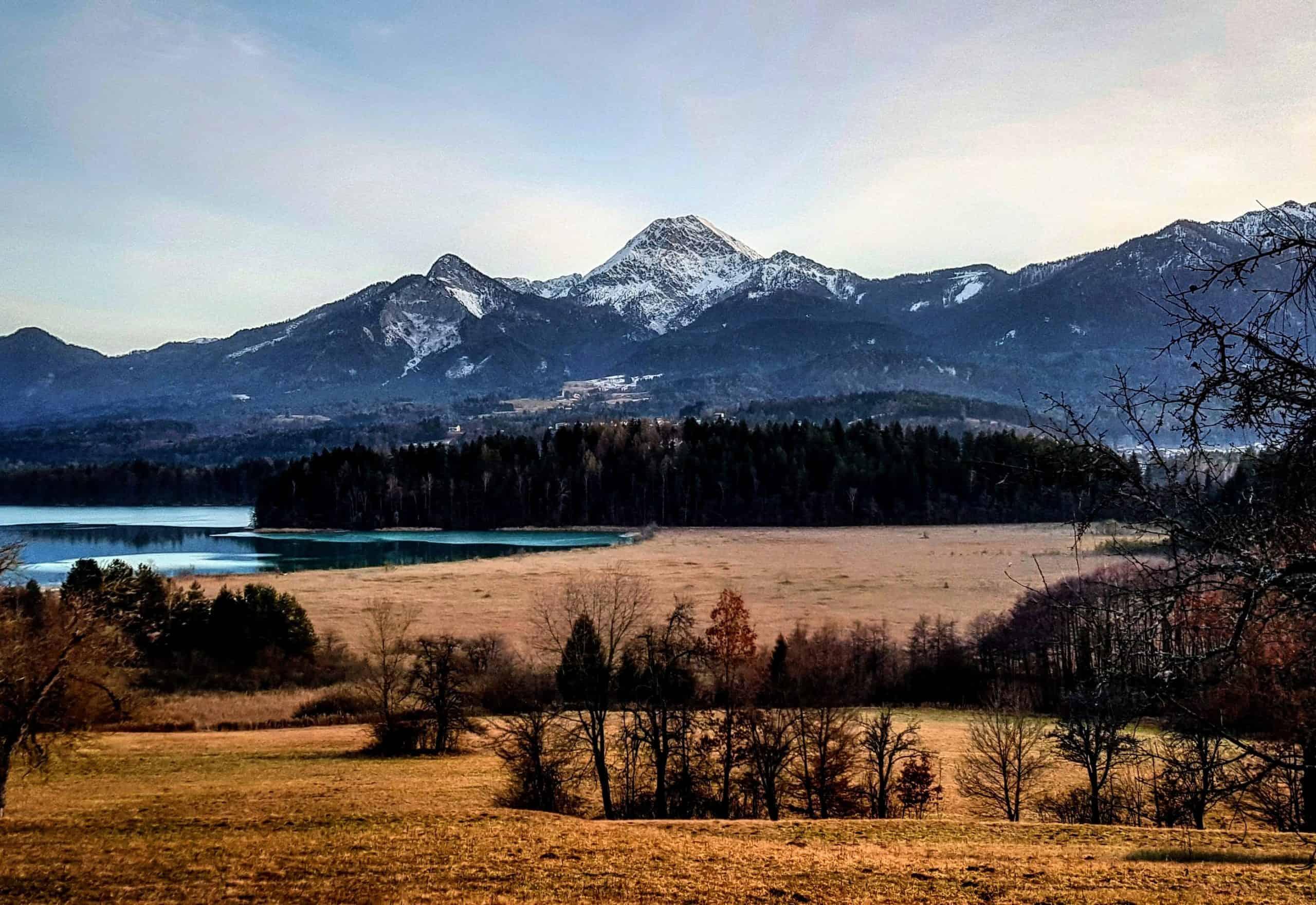 Mit Rad oder Bike auch im Winter rund um den Faaker See in Kärnten - Rastplatz mit Blick auf Karawanken