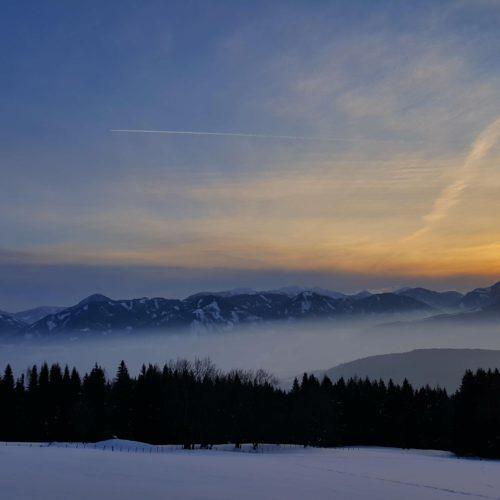 Winterlandschaft mit Sonnenuntergang in der Urlaubsregion Millstätter See in Kärnten - Winterwandern, Schneeschuhwandern