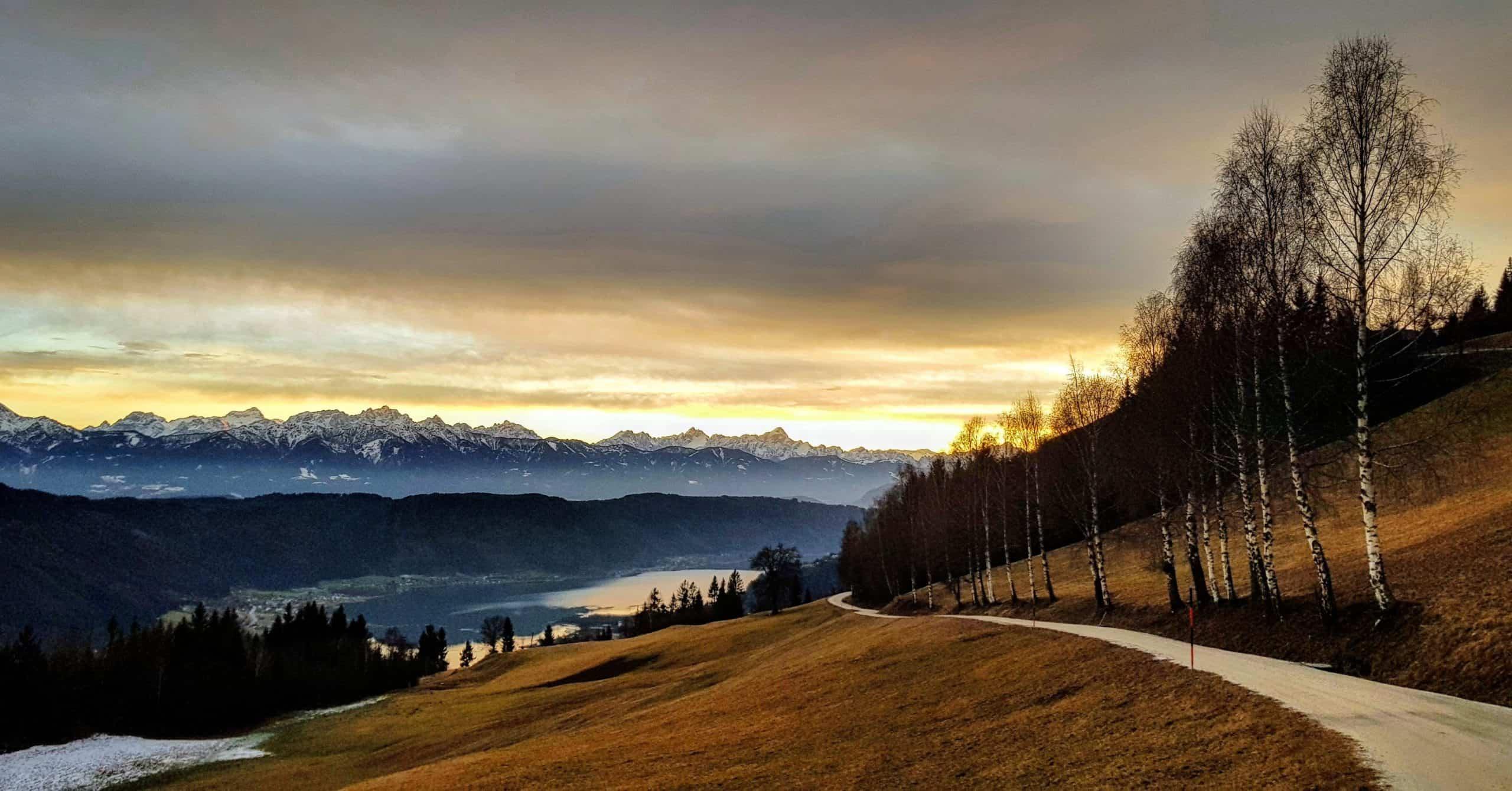 Wanderung im Winter am Ossiachberg am Ossiacher See in Villach Kärnten im Jänner ohne Schnee