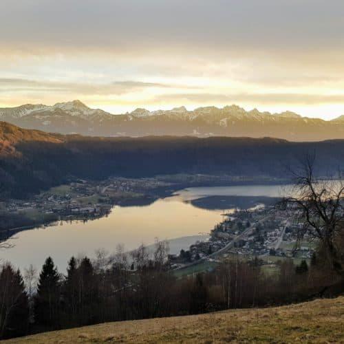 Wanderung Winter Ossiachberg in der Region Villach in Kärnten - Blick auf Julische Alpen und Ossiacher See