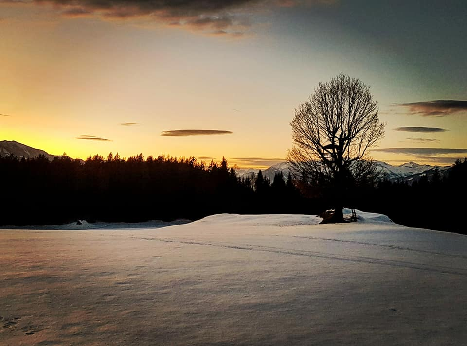 Winterwandern bei Sonnenuntergang in der Region Millstätter See - Urlaubsregion in Kärnten, Österreich.