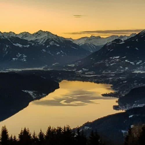 Sonnenuntergang am Millstätter See mit Bergpanorama und Winterlandschaft - Urlaubsregion in Österreich, Kärnten