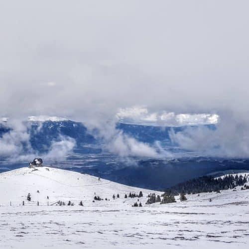 Winter Wanderung auf Saualm mit Wolfsberger Hütte und Blick auf Wolfsberg in der Urlaubsregion Lavanttal in Österreich
