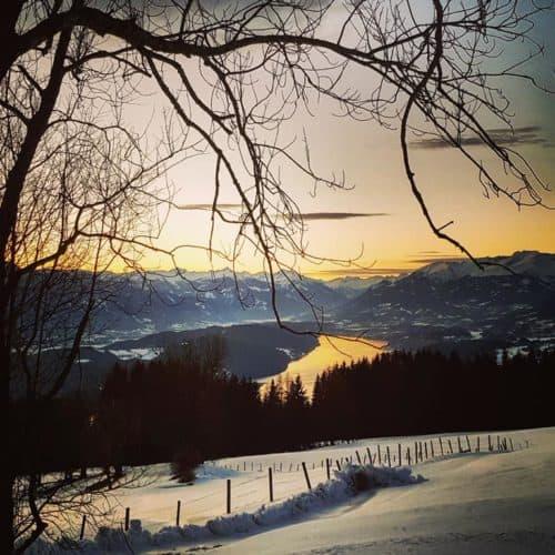 Winterwanderung mit Blick auf den Millstätter See in Kärnten - Urlaubsland Österreich.